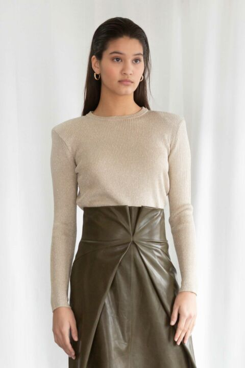 Thin knit with high shoulders
